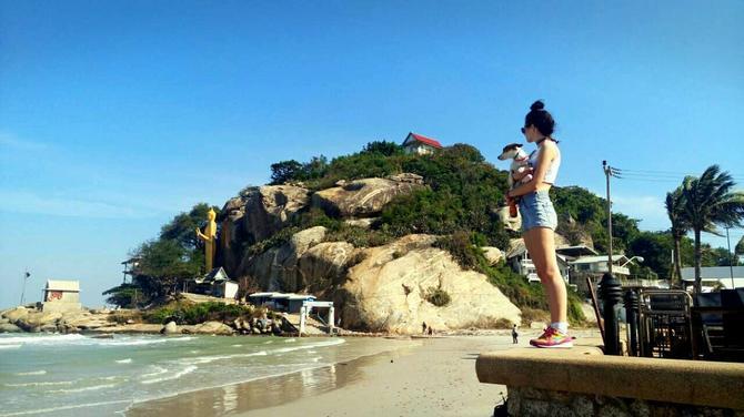 Jedna od plaža u Hua Hinu je pored brda Khao Takiab, koje je puno majmuna