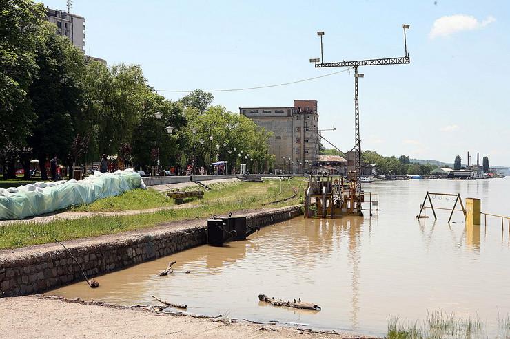 472809_dunav-se-priblizava-graduluka-u-centru-grada210514foto-nenad-pavlovic-001