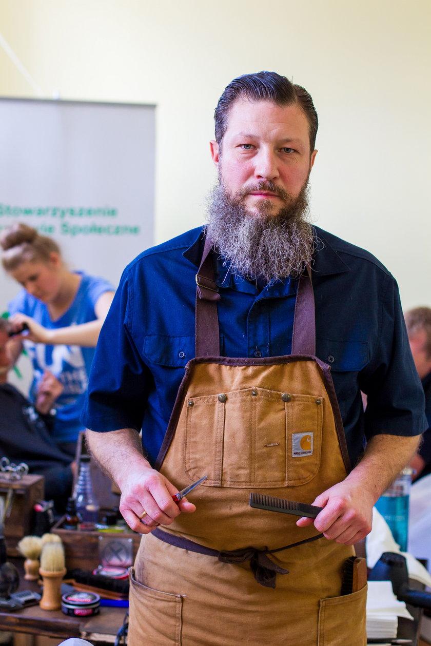 Mistrz fryzjerstwa ostrzygł bezdomnych