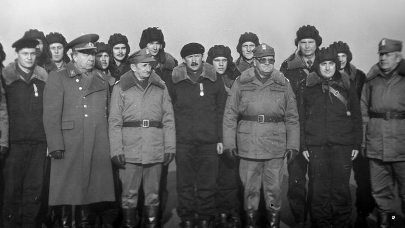 Żołnierze Wojska Polskiego i oficer radziecki na poligonie rakietowym. Pierwszy start rakiety Toczka, 10.11.1988 r.