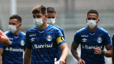 Gremio players wear masks in protest over having to play over coronavirus outbreak