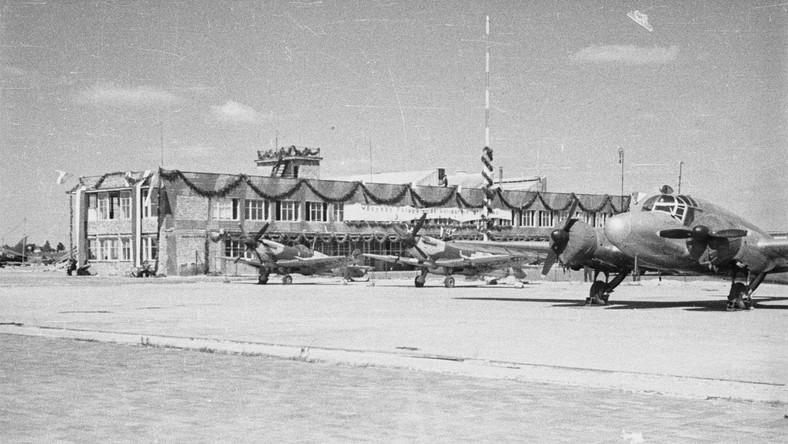 """Projekt nowoczesnego myśliwca opracował w 1935 roku inżynier Reginald J. Mitchell. Prototyp o nazwie """"typ 300"""" został oblatany 5 marca 1936 roku"""