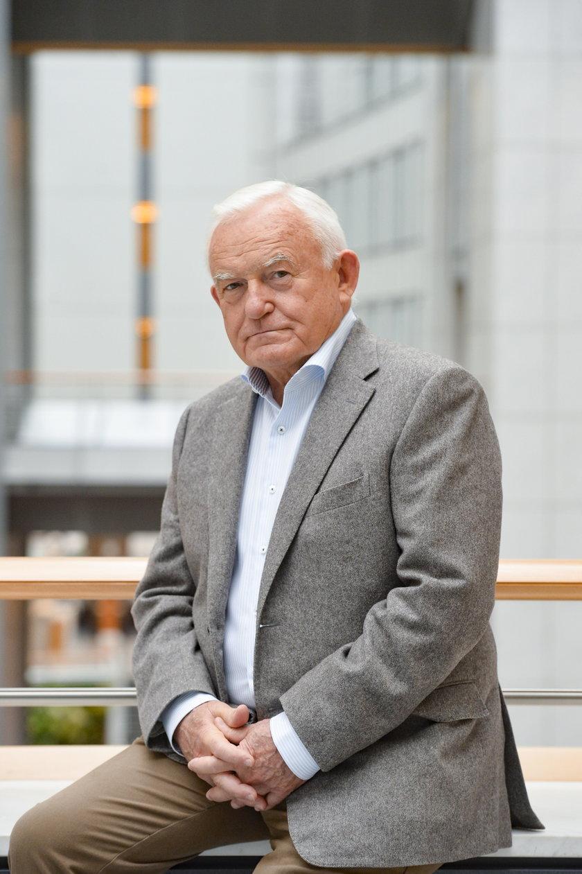 """Leszek Miller: """"władza zaszczepiła się w rządowym szpitalu"""". Dyrekcja placówki dementuje"""