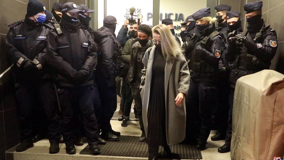 Fotoreporterka Agata Grzybowska podczas opuszczania komendy po zatrzymaniu w czasie pracy na manifestacji przed Ministerstwem Edukacji i Nauki