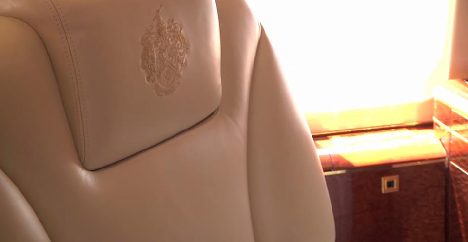Zagłówki i poduszki ozdobiono rodowym herbem Trumpów.