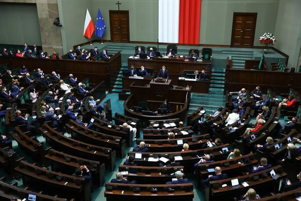 Decyzja o postawieniu członka rządu przed TS zapada, jeśli zagłosuje za nią co najmniej 3/5 (276) posłów