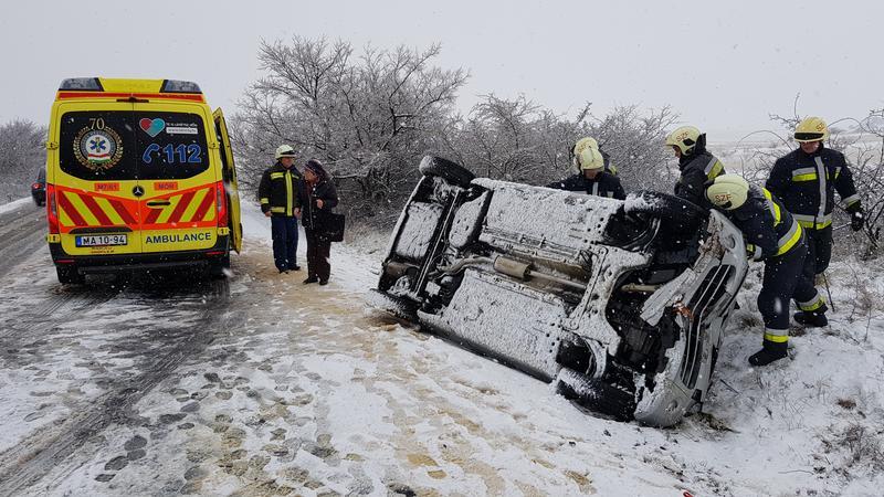 Gyermekével borult az árokba egy édesanya a havas úton - fotókon a csákberényi baleset