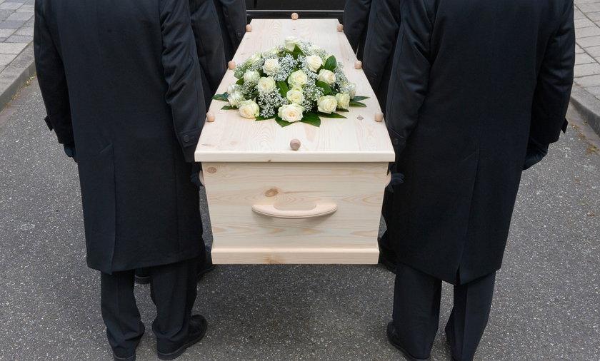 Zasiłek pogrzebowy coraz częściej nie starcza nawet na godny pogrzeb.
