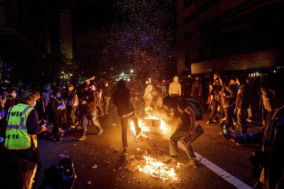 U Oklandu u Kaliforniji demonstranti su palili kante za smeće i tako iskazivali svoj bes.