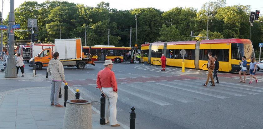 Zderzenie autobusu z tramwajem w Warszawie.