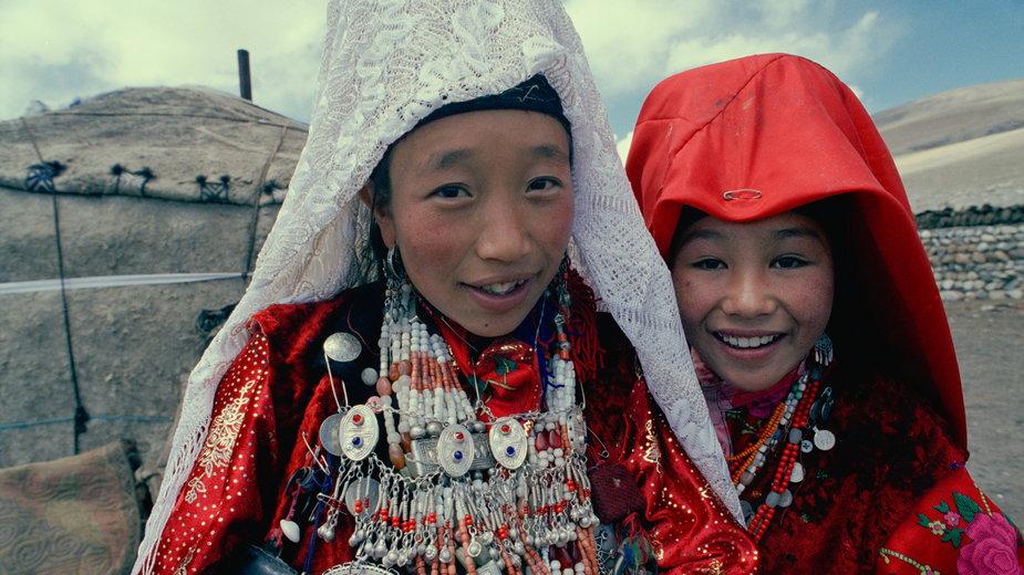 Afgańskie dziewczyny w tradycyjnych strojach, 2004 r.