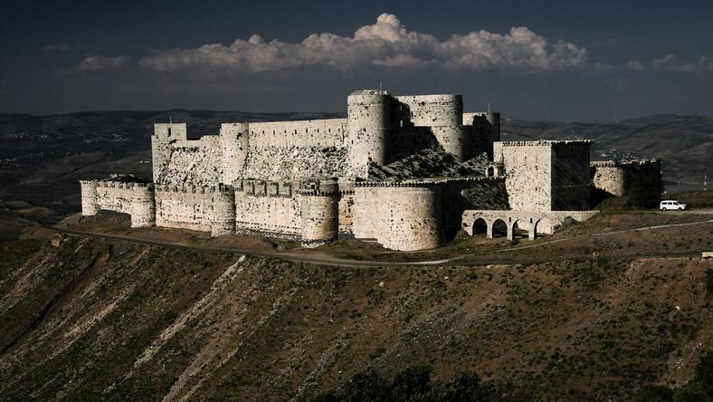 Przetrwał wojny krzyżowe, jednak wojny domowej prawdopodobnie nie przetrwa. Zamek joannitów z XI wieku został niedawno zbombardowany przez samoloty rządowych sił lotniczych