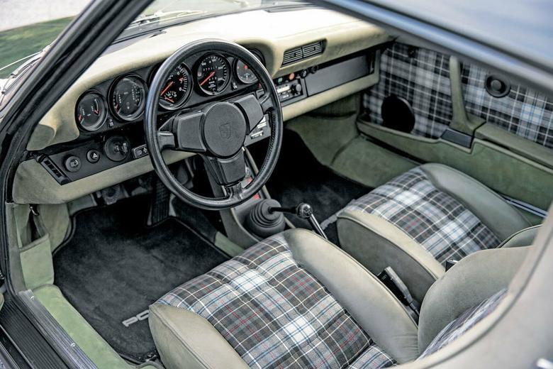 Z zewnątrz zielony, a we wnętrzu kraciasty. Porsche chciał, żeby auto pasowało do płaszcza. Otwory wentylacyjne i pokrętła na drzwiach pochodzą z Turbo produkowanego pod koniec 1976 r. Nietypowo: szybkościomierz wyskalowano do 250 km/h