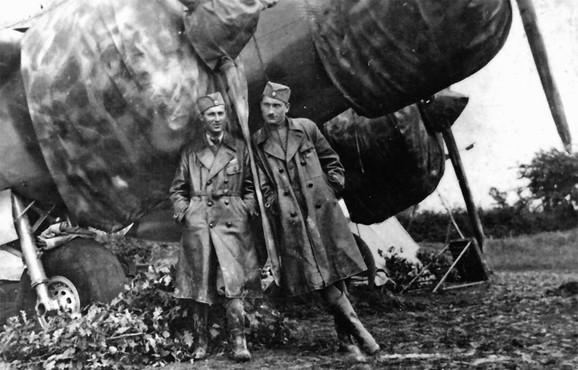 Piloti Miljko Vračarić (desno) i Bogdan Jovanović na aerodromu u Preljini 1940.