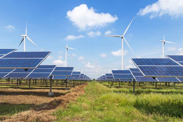 Resort ocenia, że przy uwzględnieniu konkurencyjności źródeł odnawianych, technicznych możliwości oraz wyzwań związanych z rozwojem OZE w transporcie i ciepłownictwie - możliwe jest osiągnięcie 21 proc. udziału OZE w finalnym zużyciu energii brutto w 2030 r.