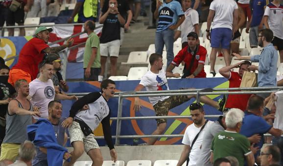 Rusi proteruju Engleze sa tribine tokom meča EURO2016