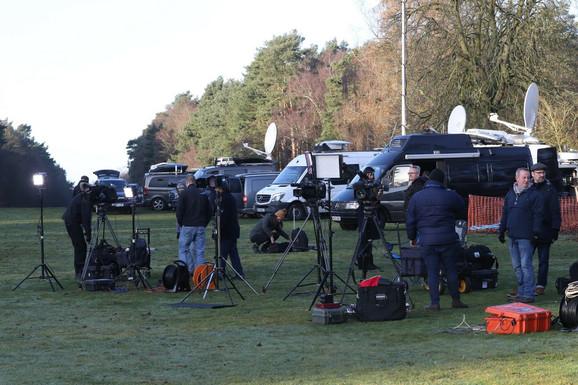 Televizijske ekipe ispred kraljevskog imanja na kojem se sastaje kraljica sa prinčevima