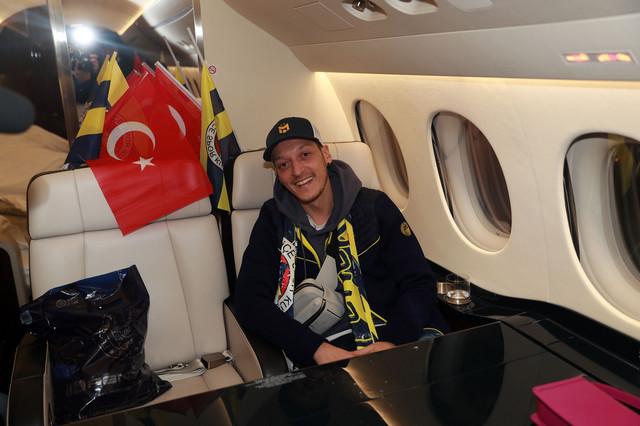 Mesut Ozil pri dolasku u Fenerbahče
