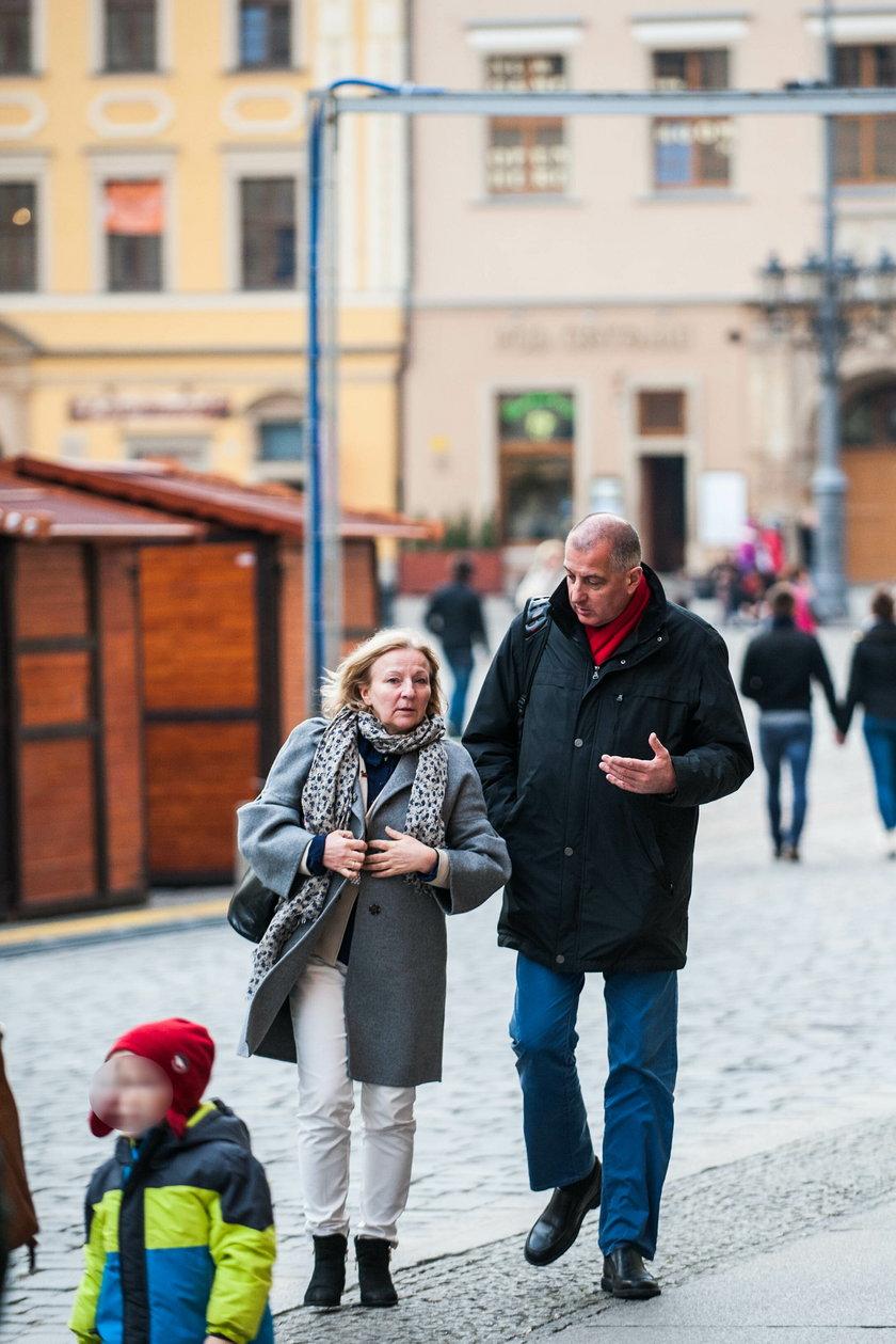 Rafał Dutkiewicz (55 l.), spaceruje z żoną po wrocławskim Rynku