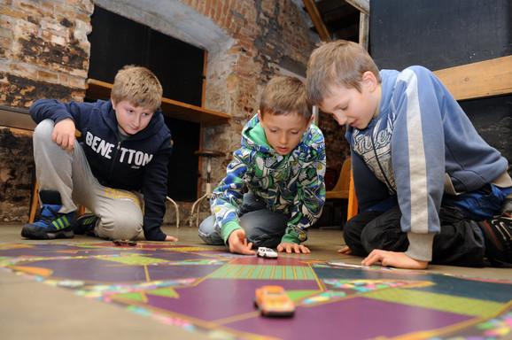 Deca se druže i takmiče u okviru ove igre