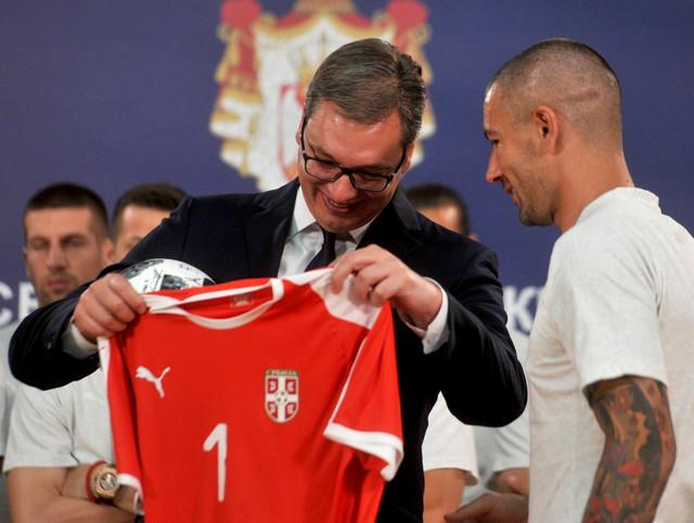 Aleksandar Vučić dobio je dres fudbalske reprezentacije sa brojem jedan od kapitena Aleksandra Kolarova