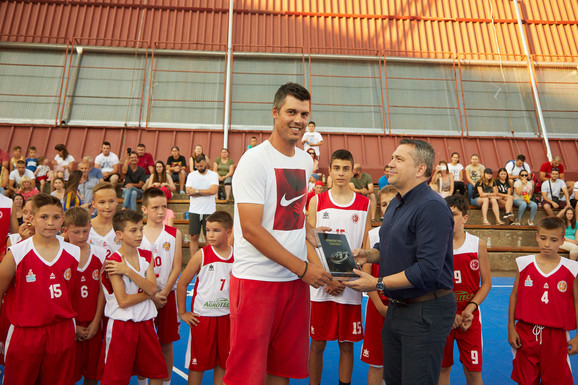 Zoran Erceg na otvaranju košarkaškog terena u Novom Bečeju