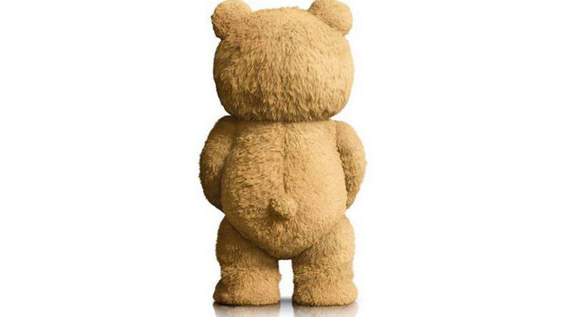 """Nagi miś na plakacie filmu """"Ted 2"""""""
