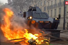 """KAO NA RATIŠTU Pariz gori, """"žuti prsluci"""" lome kaldrmu, gađaju policiju i prave VATRENE BARIKADE (VIDEO)"""