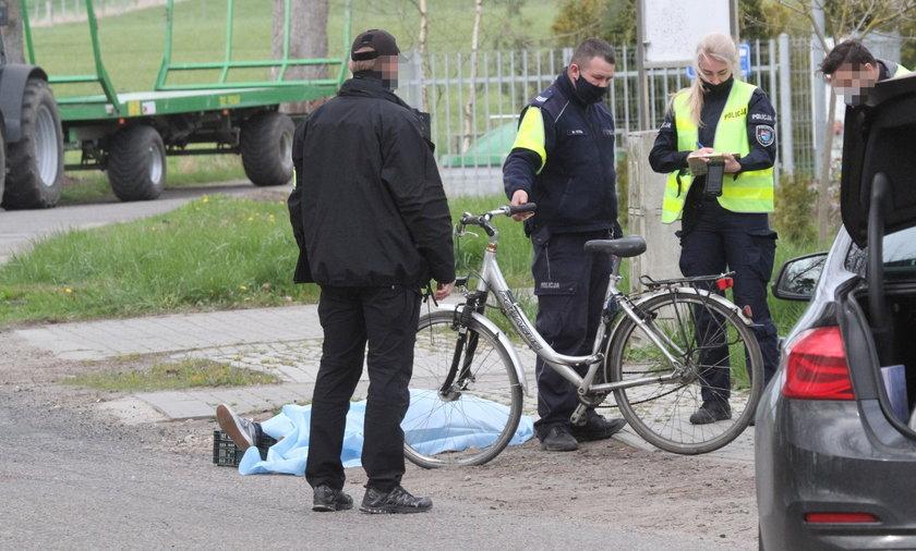 Koszmarny wypadek w Jarkowie. Kobieta zginęła pod kołami traktora. Jej partner usiadł na poboczu i... [ZDJĘCIA]