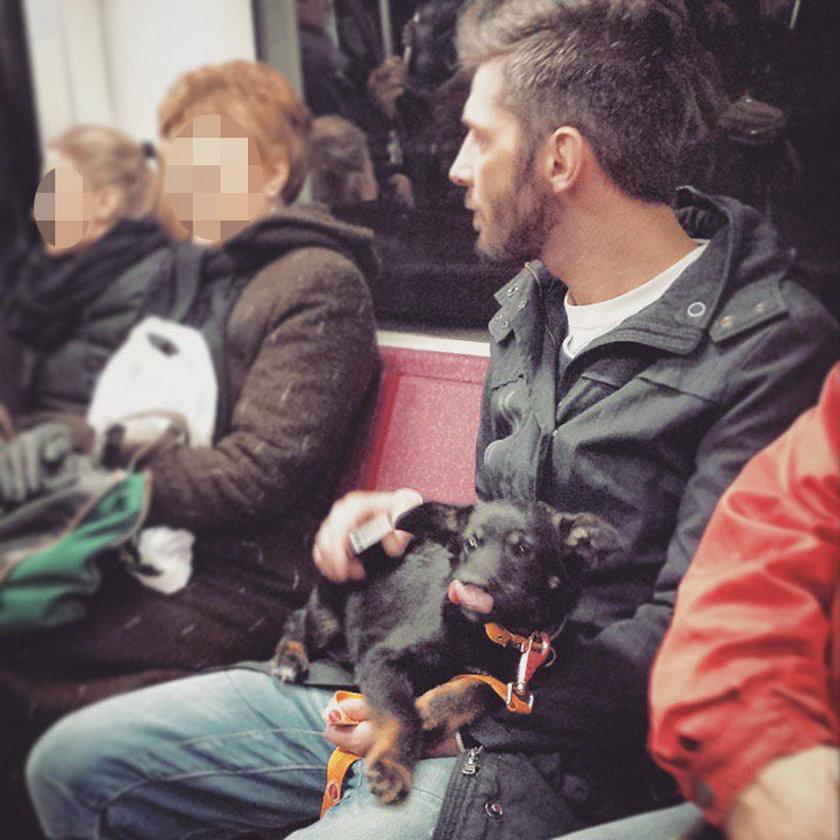 Leszek Stanek z psem w metrze
