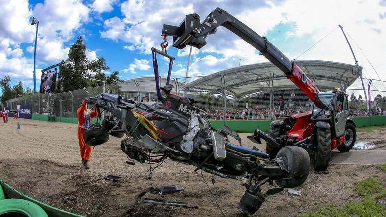 Na 18. okrążeniu GP Australii doszło do poważnej kraksy. W trakcie wyprzedzania przy dużej prędkości Meksykanina Estebana Gutierreza (Haas) przez Hiszpana Fernando Alonso (McLaren), mistrz świata stuknął prawym, przednim kołem w tył rywala. Bolid Hiszpana odbił się od samochodu teamu Haas, uderzył w barierę, koziołkował w powietrzu i ponownie uderzył w bariery bezpieczeństwa. McLaren został całkowicie rozbity, fragmenty karoserii pokryły tor. Na szczęście (chyba cudem) kierowca o własnych siłach wydostał się z wraku samochodu.