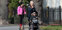Marta Kaczyńska na spacerze z dziećmi