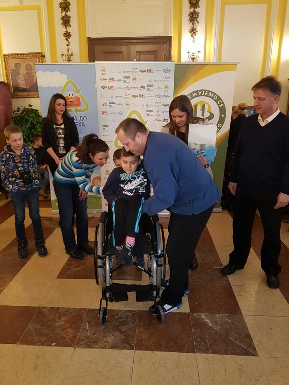 Aleksa Drakulić dobio nova kolica u sklopu akcije ''Čepom do osmeha''