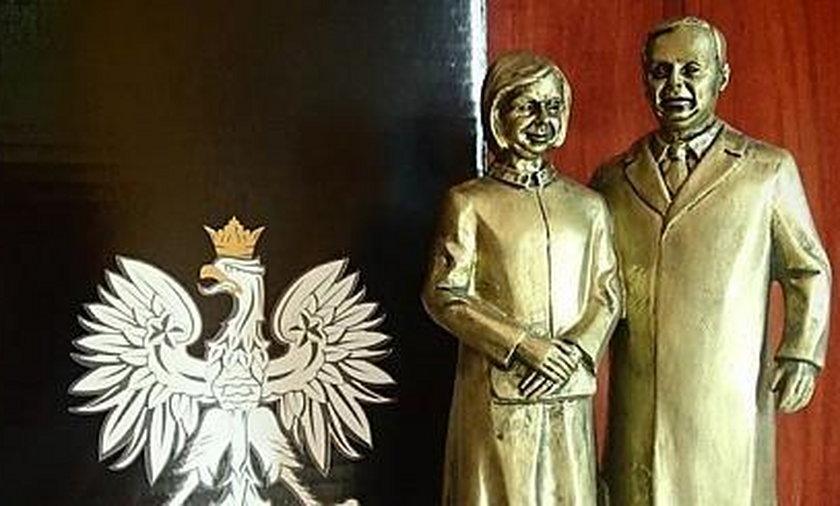 Miniatura pomnika Kaczyńskich