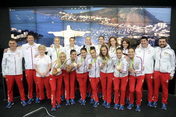 Zlatne košarkašice i selektorka Marina Maljković sa stručnim štabom