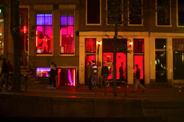 Četvrt crvenih fenjera obuhvata tri glavne i desetine sporednih ulica nedaleko od dam skvera. ima oko 900 prostitutki, Godišnje tuda prođe preko pet miliona turista