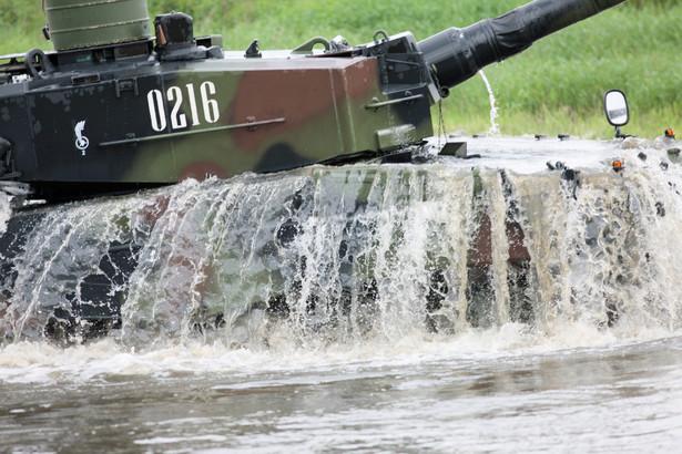 Czołg to nie łódź podwodna, dlatego przed pokonaniem głębokiej wody Leopardy wymagają specjalnych przygotowań. Żołnierze muszą przygotować specjalne rury do zamontowania na czołgu. fot. (zuz) PAP/Lech Muszyński