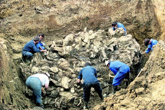 Među dokazima su i brojni video zapisi na kojima se čuje Dudaković kako naređuje uništenje