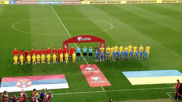 Fudbaleri Srbije i Ukrajine pre početka meča u Lavovu