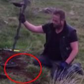 Detektorom za metal tražio prsten svog prijatelja, pa našao PRAVO BOGATSTVO! Toliko da je POČEO DA PLAČE (FOTO, VIDEO)