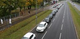 Gigantyczna kolejka w Warszawie. Kierowcy czekają na zrobienie testu