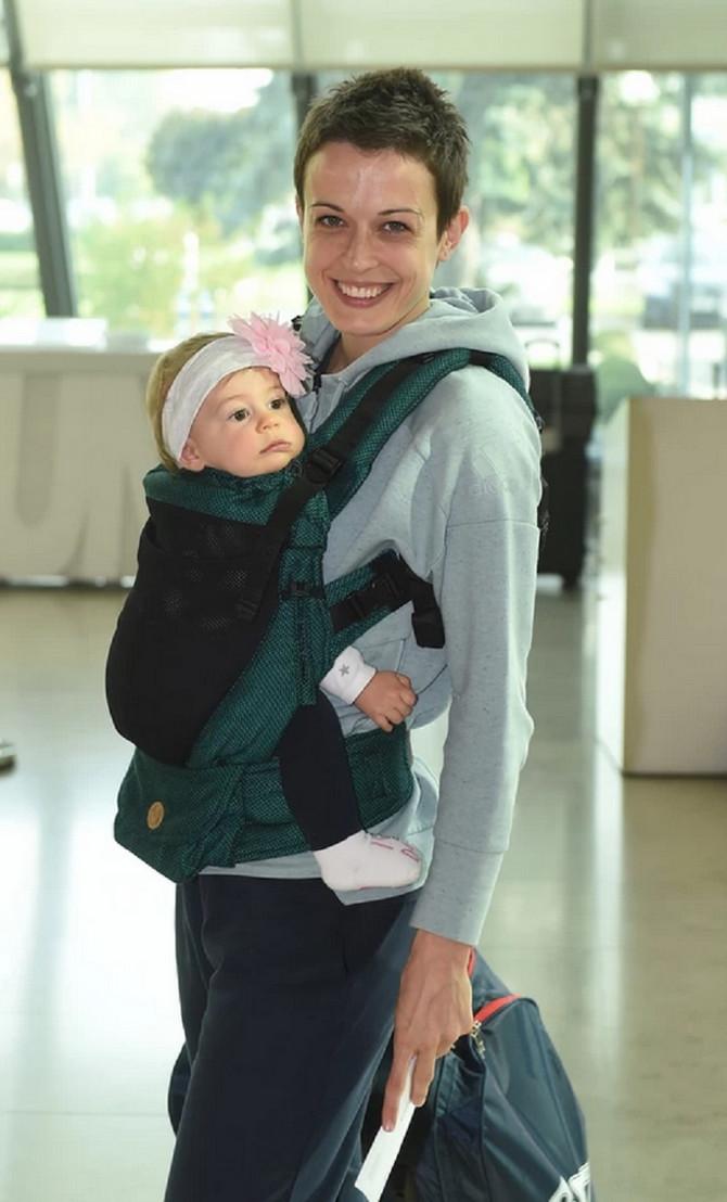 Miljana Bojović sa ćerkicom stiže na pripreme