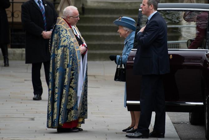 Kraljica Elizabeta II  stiđe na ceremoniju