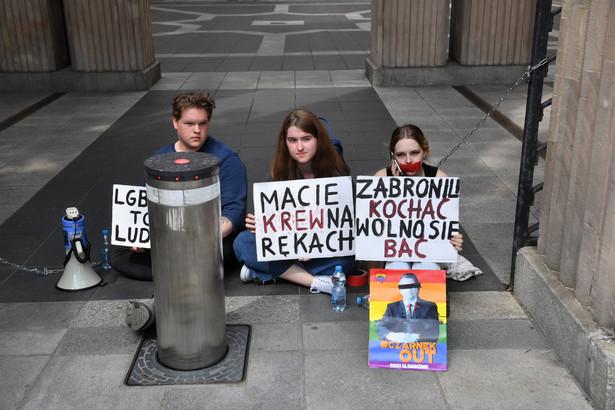 Troje aktywistów z Młodzieżowego Forum LGBT+ przykuło się do bramy