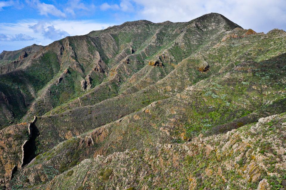 Warto wejść na sam szczyt wulkanu El Teide (3817 m), skąd rozpościera się przepiękny widok na całą wyspę. Podczas wspinaczki uśpiony wulkan nieraz przypomni o sobie, buchając gorącymi oparami siarkowodoru.