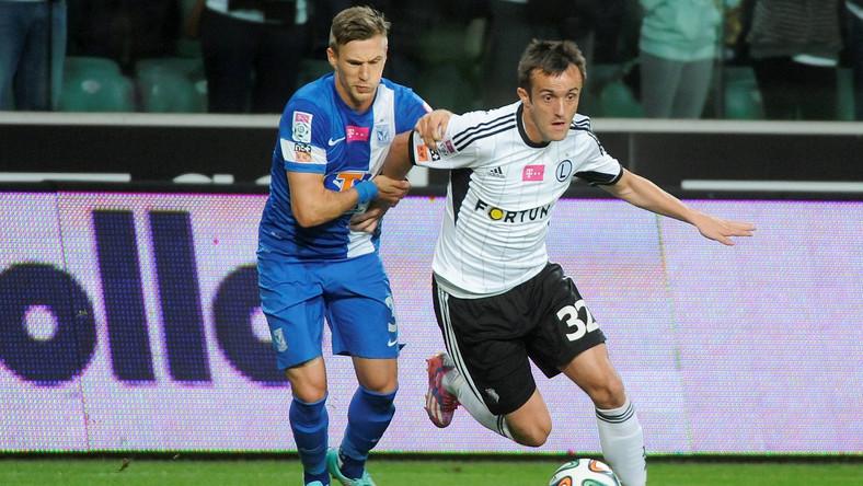 W pojedynku o piłkę Miroslav Radović (P) ze stołecznej Legii i Barry Douglas (L) z Lecha Poznań w meczu T-Mobile Ekstraklasy