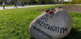 """Kamień ku czci Bartoszewskiego rzucony w psi wybieg. """"To podłość"""""""