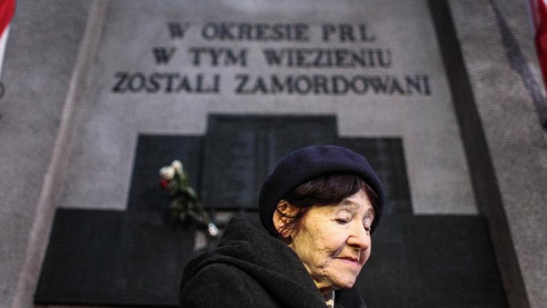 Córka rotmistrza Witolda Pileckiego, Zofia Pilecka-Optułowicz podczas uroczystości złożenia kwiatów pod tablicą pamiątkową na murze Aresztu Śledczego w Warszawie