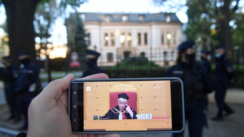 Obrady TK na ekranie telefonu przed siedzibą Trybunału