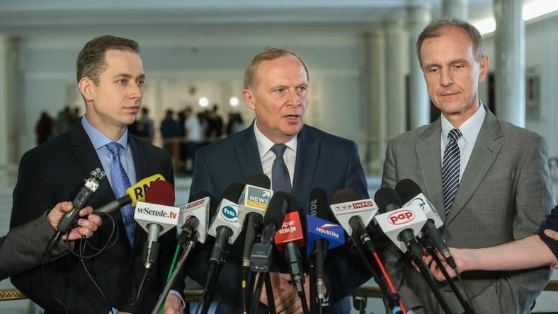Bogdan Klich (P), Czesław Mroczek (C) i Cezary Tomczyk (L) podczas konferencji prasowej